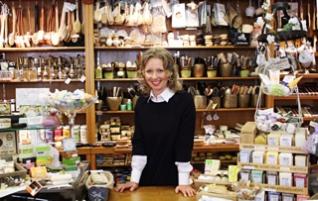 Caroline Jäger leitet das Familienunternehmen aktuell bereits in der vierten Generation. Noch immer gibt es ausschließlich Bürsten. Dieser Laden hat sich in der Regensburger Altstadt auf die Herstellung besonderer und handgefertigter Bürsten spezialisiert. Zwischen Dom und Wurstkuchl versteckt sich dieses einzigartige Geschäft mit vielen besonderen Geschenken und Mitbringseln.