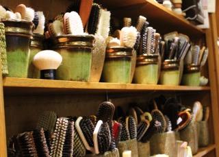 Eine Haarbürste für Mama? Eine Zahlbürste für Papa? Oder doch die Klobürste für einen ganz besonderen Freund? Für jeden Anlass gibt es das richtige Geschenk oder Mitbringsel aus der Regensburger Altstadt