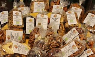 Wer Lust auf orientalische Trockenfrüchte hat, kommt bei dem kleinen Laden in der Regensburger Altstadt auf seine Kosten.