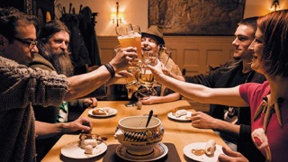 Die Gründer von Bayrisch Wild möchten mit ihrem Laden in der Altstadt an der Donau die bayerischen Traditionen und Kultur in Form von coolen Geschenkideen verbreiten.