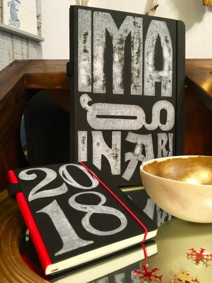 Typographisch bedruckte Kalender und Notizbücher machen das Arbeiten gleich viel leichter.