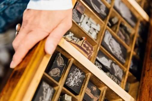 Die Bleilettern, welche bei vielfältigen Drucken zum Einsatz kommen, können im Geschäft bestaunt werden. Bildrechte: Susanne Kauth