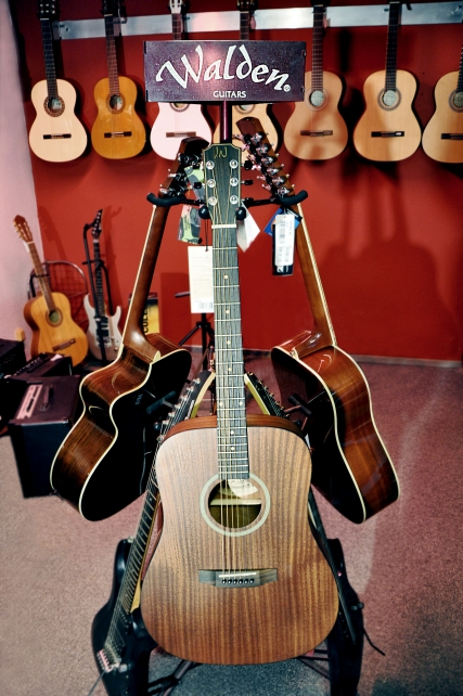 Vollmassive James Neligan Westerngitarre mit Mahagonideckel. Preis: 359,- Euro