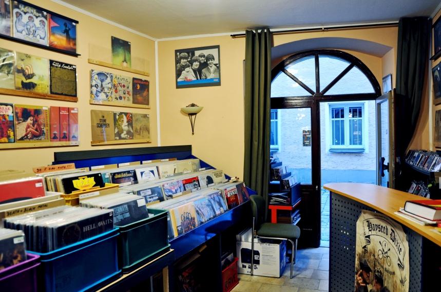 Um den kleinen Laden in Regensburg nicht zu übersehen muss man nur nach einer außen hängenden Schallplatte Ausschau halten!