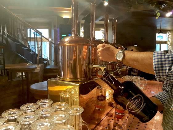 Frisch gezapftes einzigartiges Bier aus dem Regensburger Weissbräuhaus
