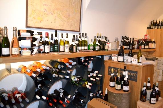 Im Laden könnt ihr zwischen bis zu 110 verschiedenen Weinen auswählen.