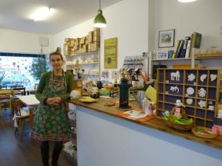 Die sympathische Geschäftsführerin Marianne Mion steht jederzeit bei Fragen zur Verfügung. Zudem werden an der Theke leckere Teesorten angeboten.