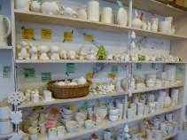 """In """"LA FABRIQUE"""" gibt es eine große Auswahl an Rohkeramikobjekten…von Tassen bis hin zu Tierfiguren."""
