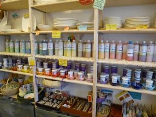 Um den Keramikgegenständen eine persönliche Note zu verleihen, stehen viele verschiedene Farben, Pinsel und Stempel zur Nutzung bereit. Der Kreativität werden keine Grenzen gesetzt!