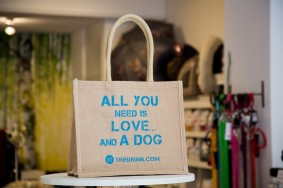 "Bedruckter City Shopper für Hundefreunde! ""All you need is love...and a dog"". Foto: ZOOKIES Geschäft in Regensburg"