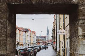 Wenn man draußen im Sommer vor der Kuchenbar sitzt, hat man auch einen perfekten Blick auf den Regensburger Dom. Foto: Die Kuchenbar