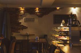 Die Kuchenvitrine ist das Herzstück der Kuchenbar und das erste was man sieht, wenn man reingeht. Foto: Die Kuchenbar