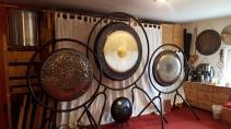 gongs in verschiedenen größen im ausstellungsraum