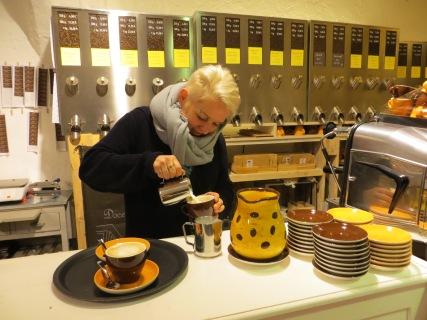 Manuela Cebulla begeistert mit Cappuccino und Co. an ihrem Tresen in Regensburg